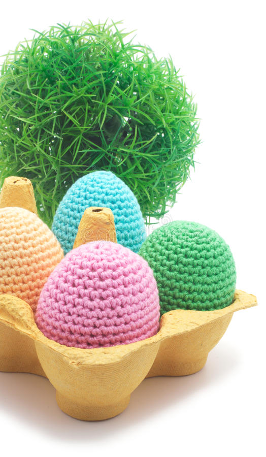 Uova fatte a mano di Pasqua con erba. fotografie stock