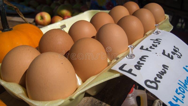 Uova fresche del mercato fotografia stock libera da diritti