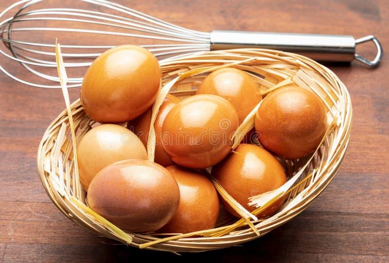 Uova fresche e coni retinici per batterle battitore manuale fotografia stock