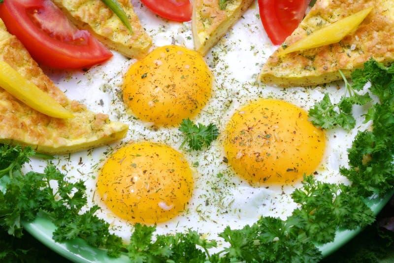 Download Uova fritte immagine stock. Immagine di greenery, breakfast - 7313731