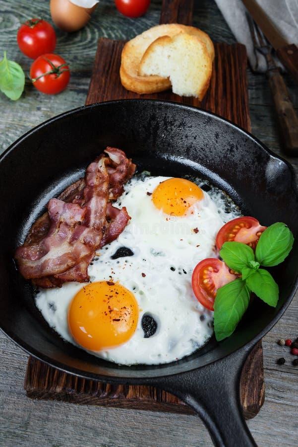 Uova fritte con bacon e gli ortaggi freschi fotografie stock libere da diritti