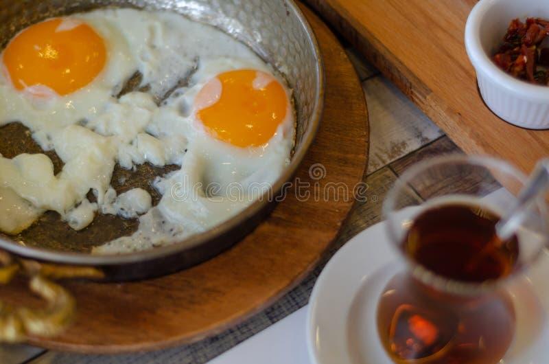 Uova fritte e tè turco sulla tavola fotografia stock libera da diritti