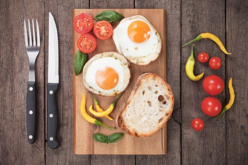 Uova fritte nelle coperture della patata fotografie stock libere da diritti