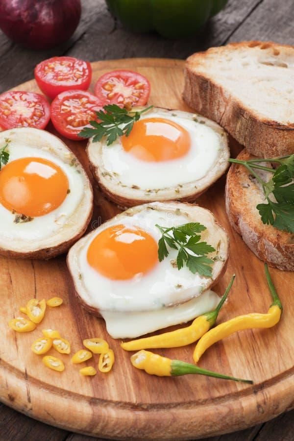 Uova fritte nelle coperture della patata immagini stock libere da diritti
