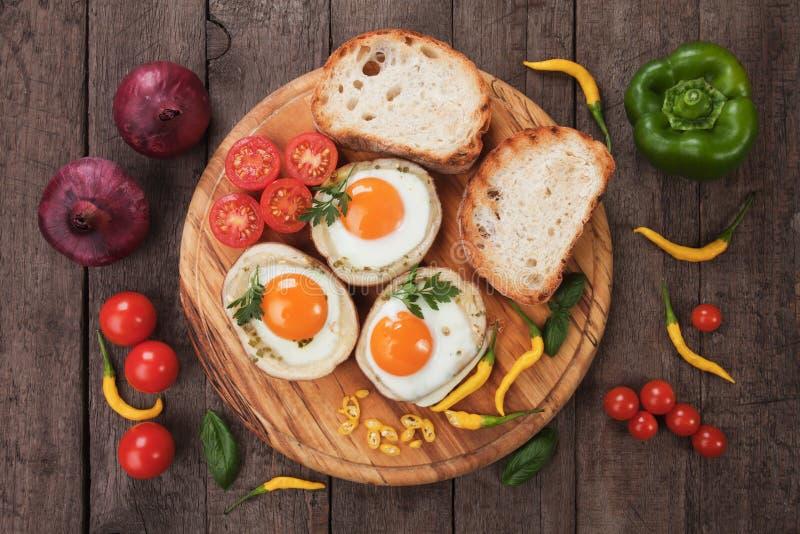 Uova fritte nelle coperture della patata immagine stock