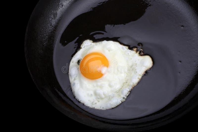 Uova fritte sul nero fotografia stock