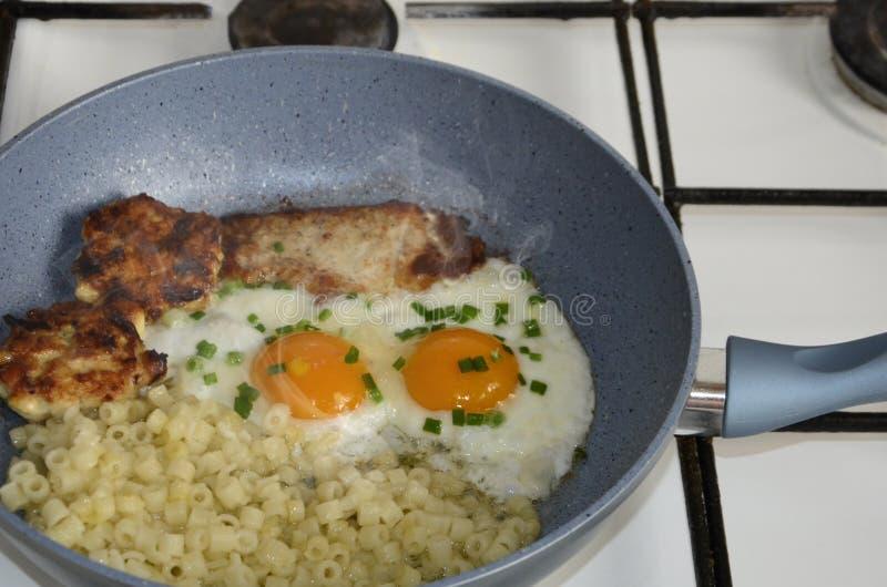 Uova fritte in una padella con becon fotografia stock