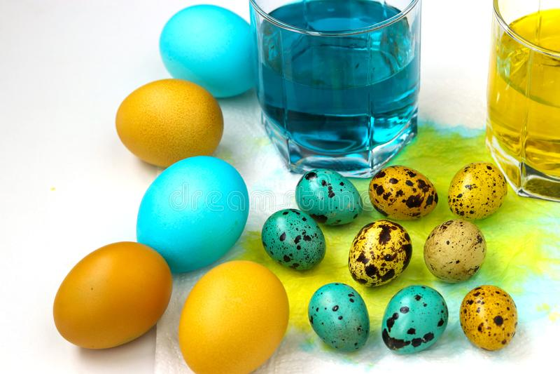 Uova gialle e blu di quaglia e del pollo per Pasqua fotografia stock