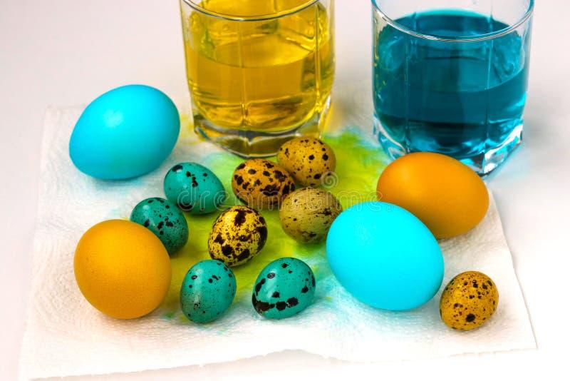 Uova gialle e blu di quaglia e del pollo per Pasqua immagine stock