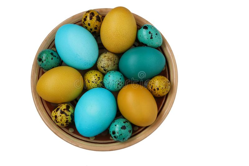 Uova gialle e blu di quaglia e del pollo per Pasqua, concetto di festa della primavera immagine stock