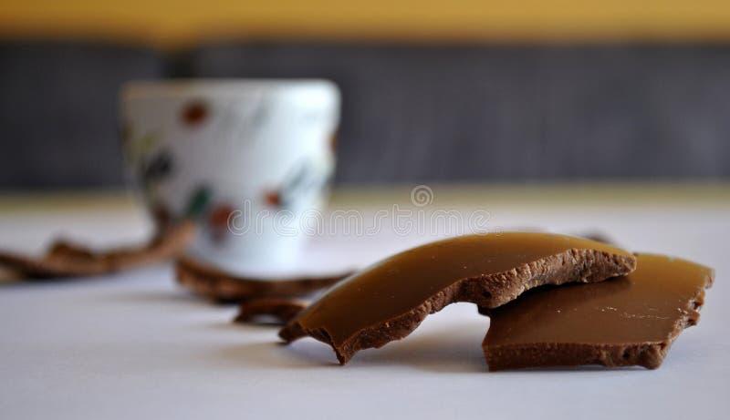 Uova incrinate cioccolato e tazza di caffè Priorità bassa vaga fotografia stock libera da diritti