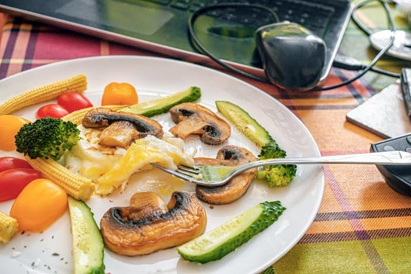 Uova inglese a basso contenuto calorico Breakfast Benedict con funghi fritti, broccoli e mini ortaggi Rimani a casa e cucini fotografia stock