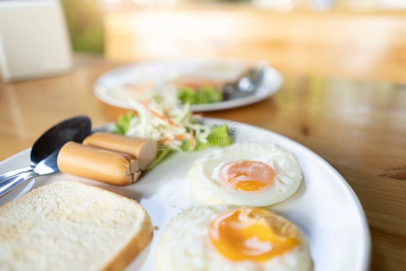 Uova, pane e hot dog per il concetto della prima colazione fotografie stock libere da diritti