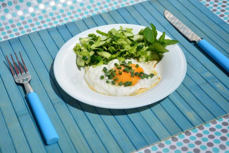 Uova rimescolate appetitose con l'insalata di cavolo fotografia stock libera da diritti