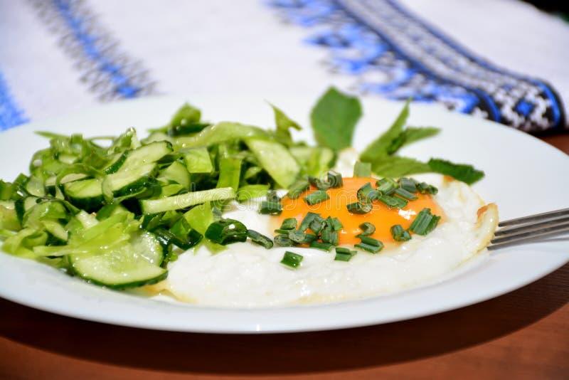 Uova rimescolate appetitose con l'insalata di cavolo immagine stock