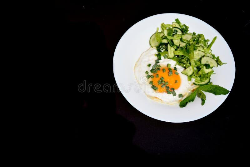 Uova rimescolate appetitose con l'insalata di cavolo su un piatto immagine stock libera da diritti