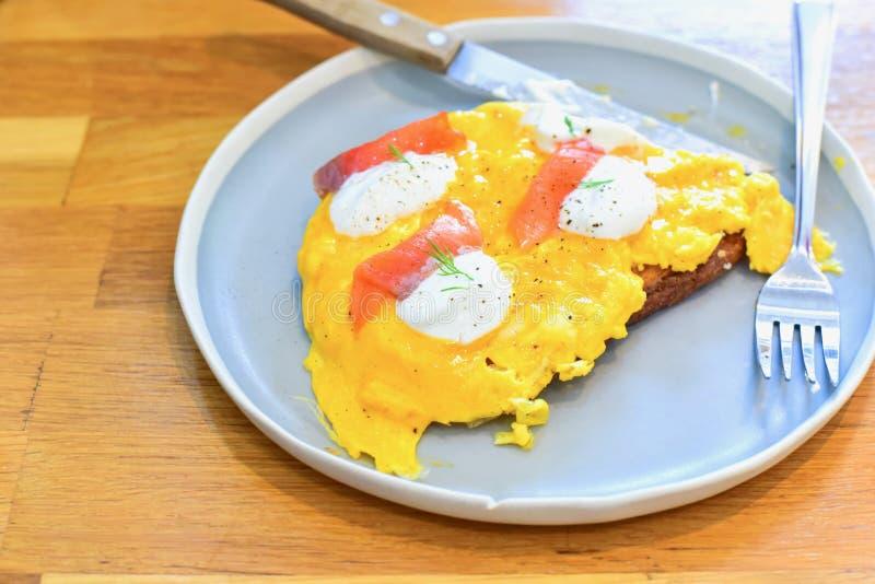 Uova rimescolate con il salmone affumicato su pane tostato immagini stock libere da diritti