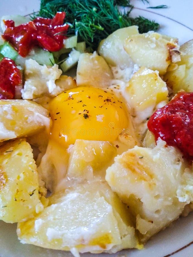Uova rimescolate con le patate e le verdure fotografia stock