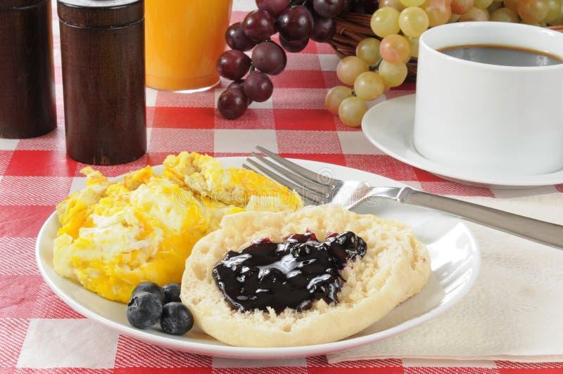 Uova rimescolate e una focaccina inglese fotografie stock libere da diritti