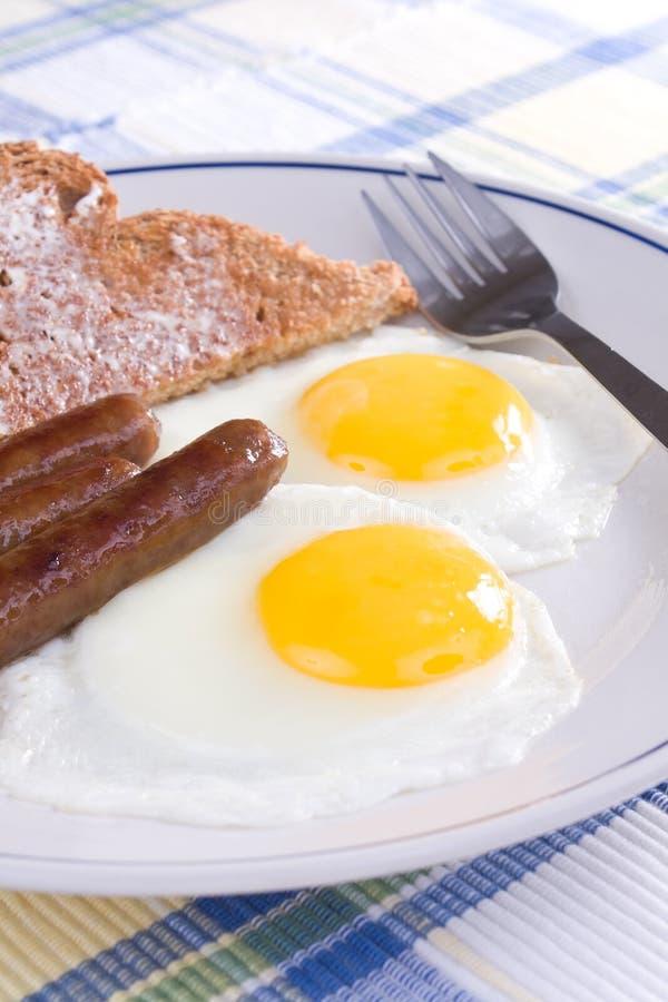Uova, salsiccia e pane tostato fotografia stock libera da diritti