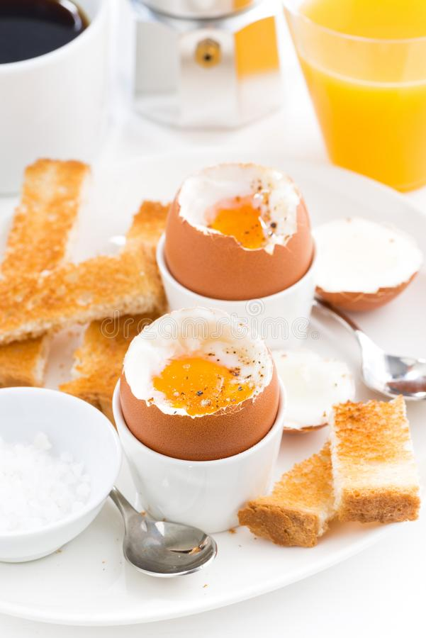 Uova sode molli, pane tostato croccante e caffè per la prima colazione immagine stock