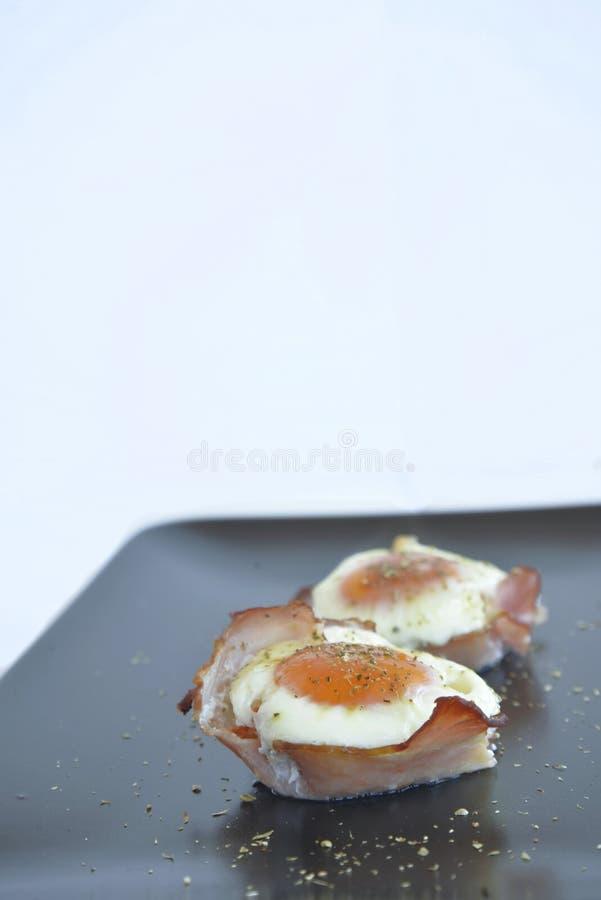 Uova in tazze del prosciutto immagine stock