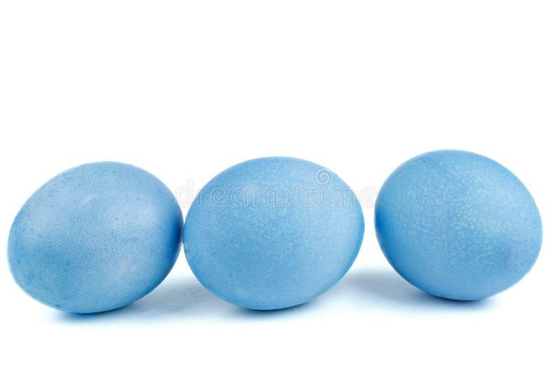 Uova tinte nel colore blu con la tintura organica naturale immagine stock