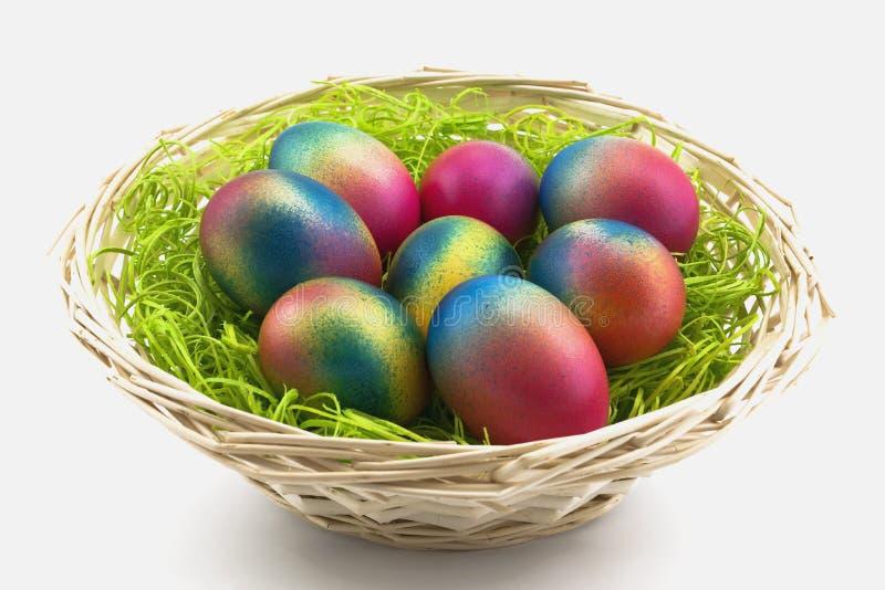 Uova in un piccolo cestino fotografia stock libera da diritti
