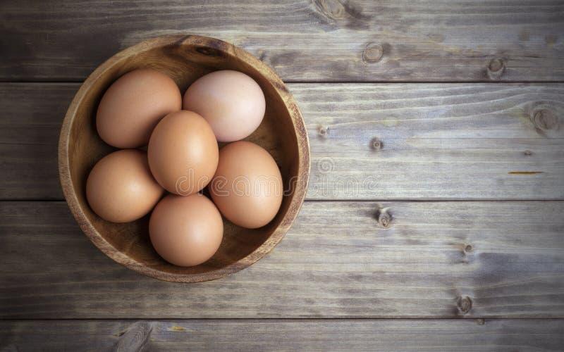 Uova in una ciotola di legno fotografia stock libera da diritti