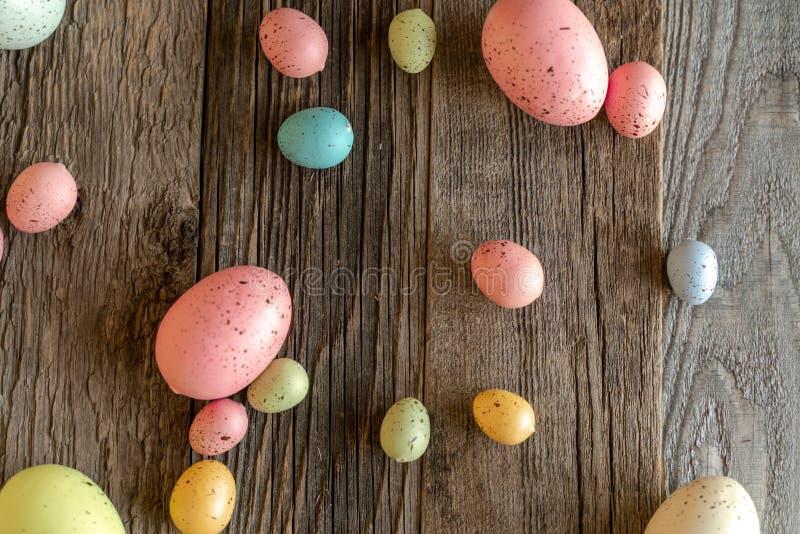 Uova variopinte su fondo di legno invecchiato immagini stock
