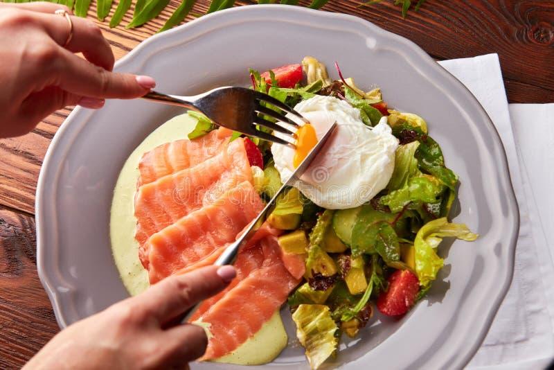 Uovo alla benedict, salmone affumicato ed insalata fotografie stock