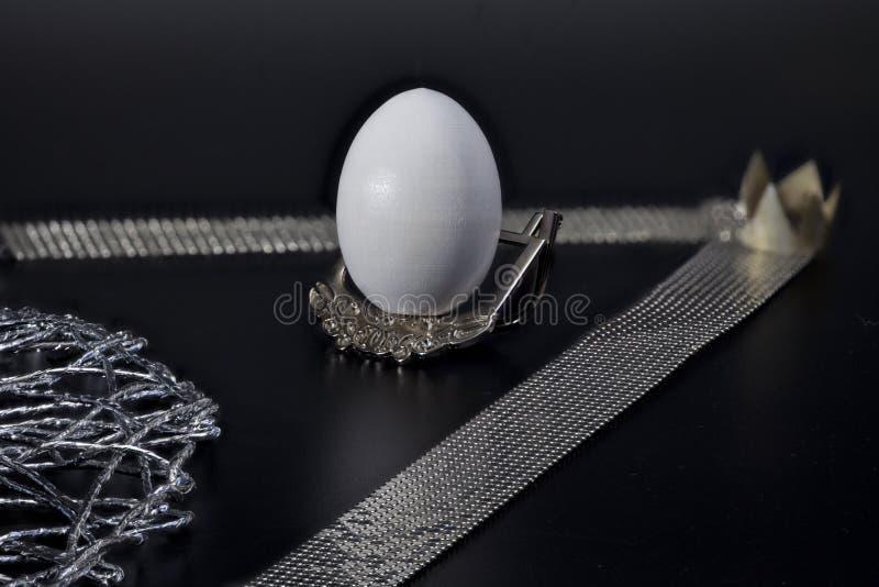 Uovo bianco su un premio d'argento del supporto fotografia stock