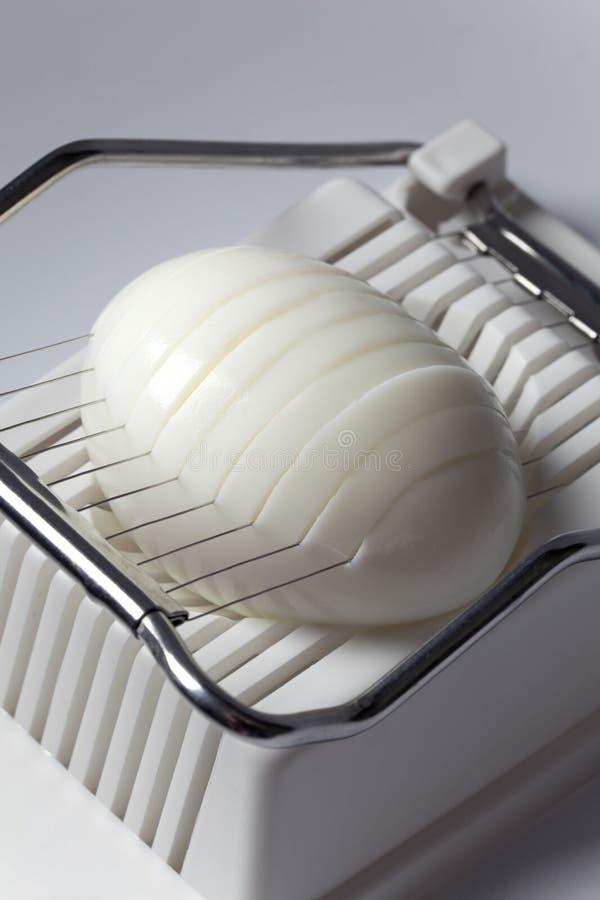 Uovo bollito duro in un'affettatrice dell'uovo immagine stock libera da diritti