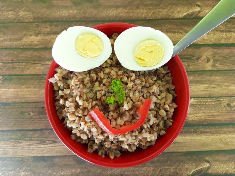 Uovo del piatto del grano saraceno divertente fotografie stock libere da diritti
