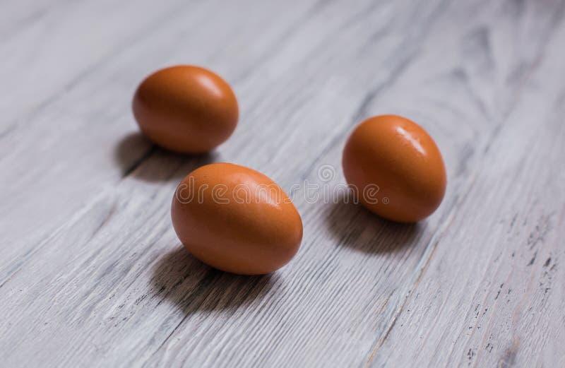 Uovo del pollo su un fondo di legno immagini stock
