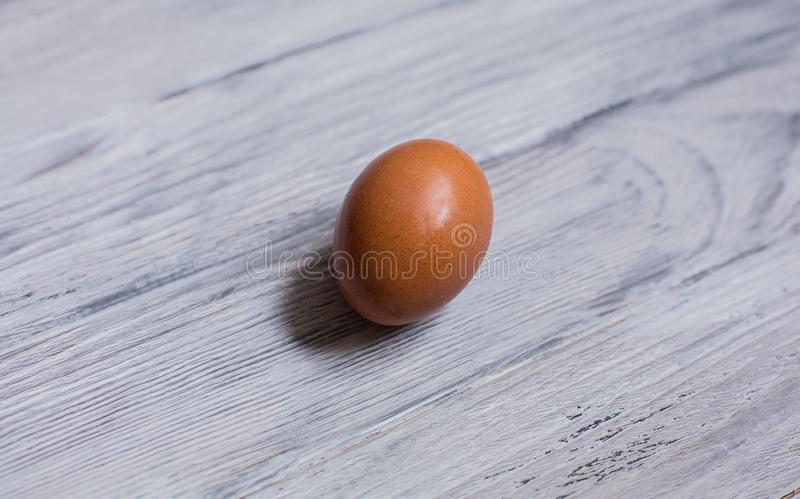 Uovo del pollo su un fondo di legno fotografia stock