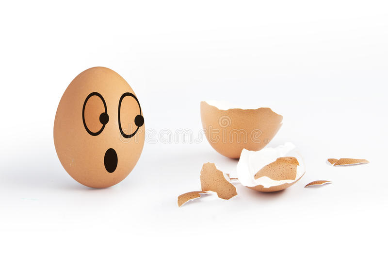 Uovo della crepa con l'uovo divertente fotografie stock