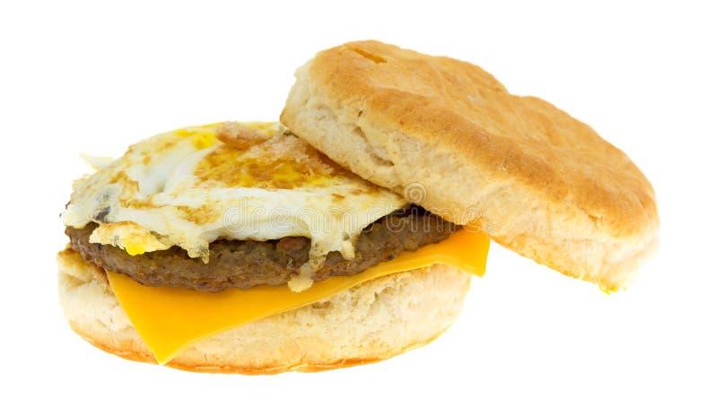 Uovo della salsiccia della prima colazione e biscotto del formaggio su un fondo bianco immagini stock libere da diritti