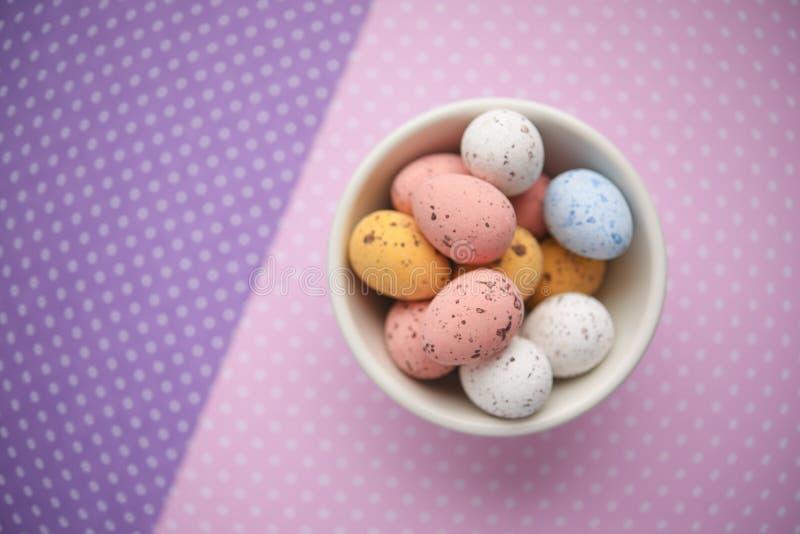Uovo di caramella di Pasqua su fondo variopinto fotografia stock libera da diritti