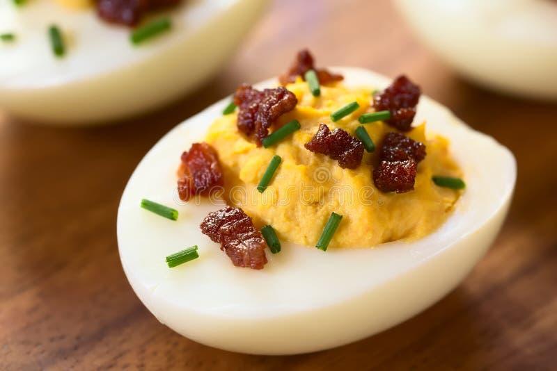 Uovo di Deviled con bacon e la erba cipollina fotografia stock libera da diritti