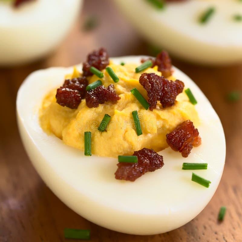 Uovo di Deviled con bacon e la erba cipollina fotografie stock