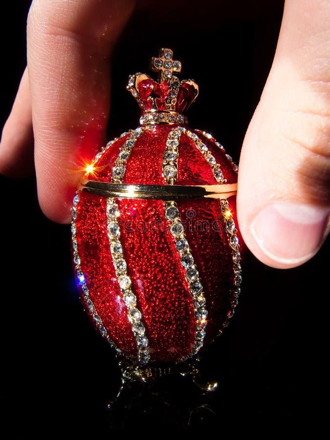 Uovo di Faberge in mani fotografia stock libera da diritti