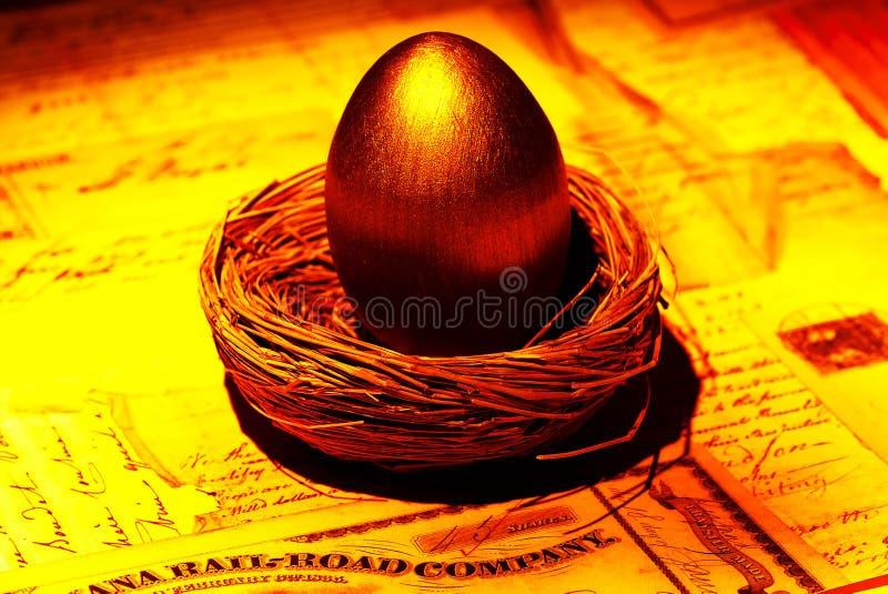 Download Uovo di nido dorato immagine stock. Immagine di prestito - 212687