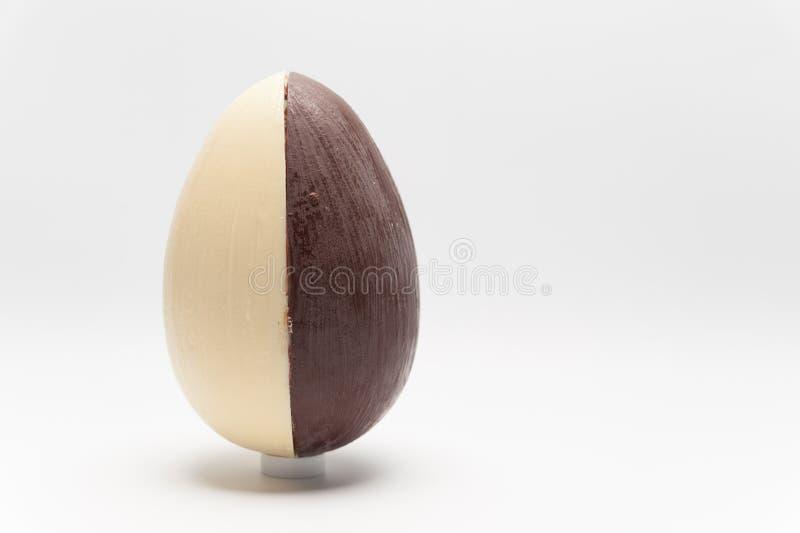 Uovo di Pasqua casalingo delizioso, 2 sapori: noce di cocco e tartufo Isolato su priorità bassa bianca Immagine orizzontale Spazi fotografia stock libera da diritti