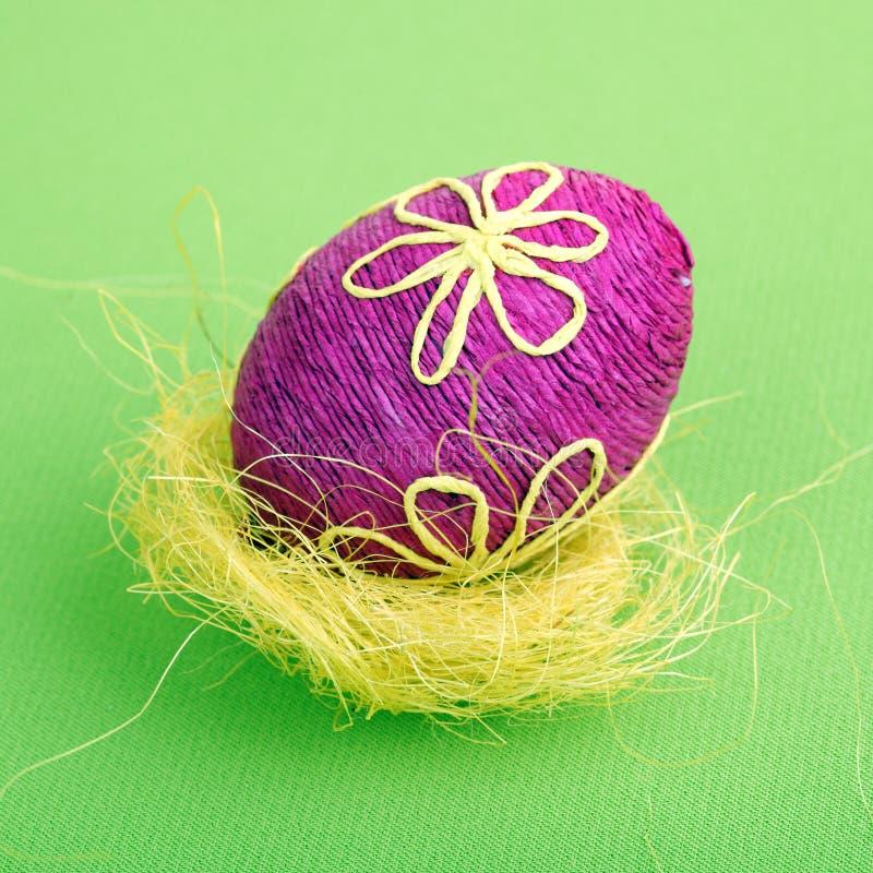 Uovo di Pasqua In cestino fotografia stock libera da diritti