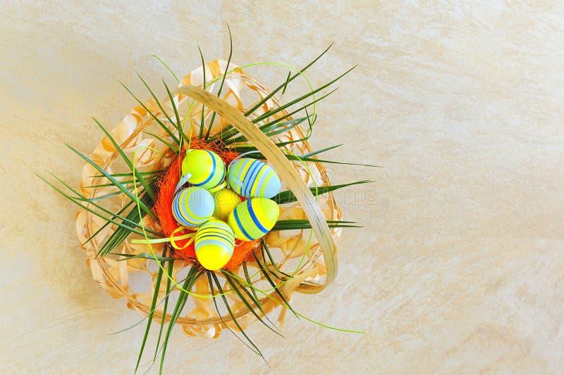 Uovo di Pasqua In cestino di vimini immagini stock libere da diritti