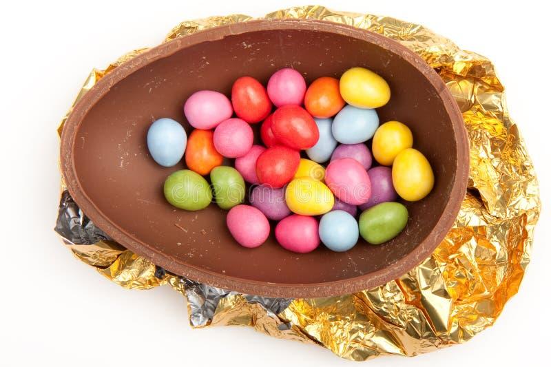 Uovo di Pasqua Del cioccolato mezzo su stagnola fotografia stock