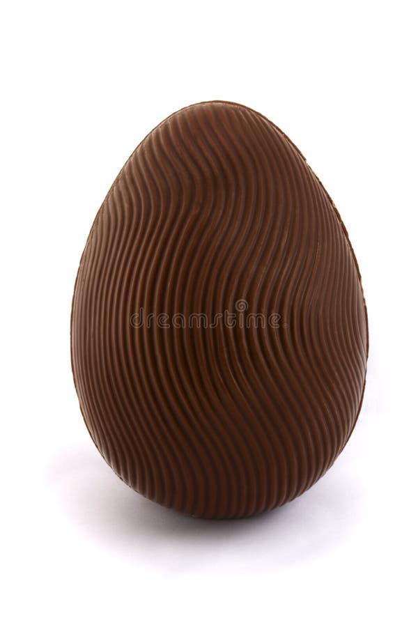Uovo di Pasqua del cioccolato sopra bianco immagini stock