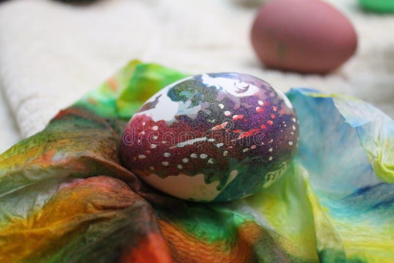 Uovo di Pasqua dell'arcobaleno fotografie stock