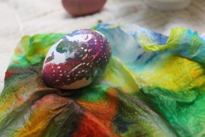 Uovo di Pasqua dell'arcobaleno fotografia stock